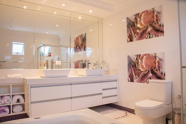 duże półki łazienkowe z lustrem